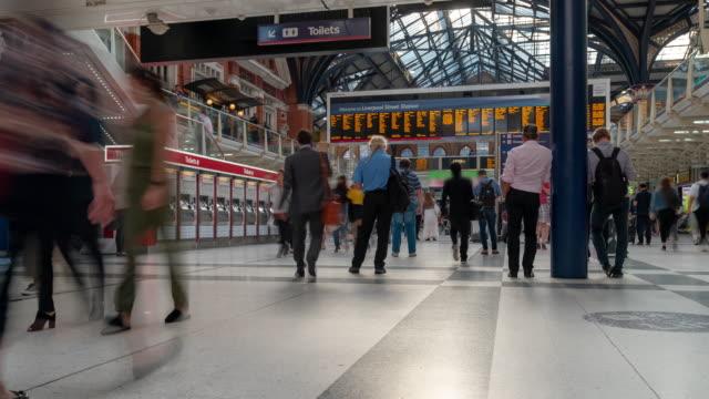 hızlandırılmış yaya banliyö kalabalık liverpool street tren i̇stasyonu bilet hall londra i̇ngiltere'de i̇ngiltere'de - i̇stasyon stok videoları ve detay görüntü çekimi