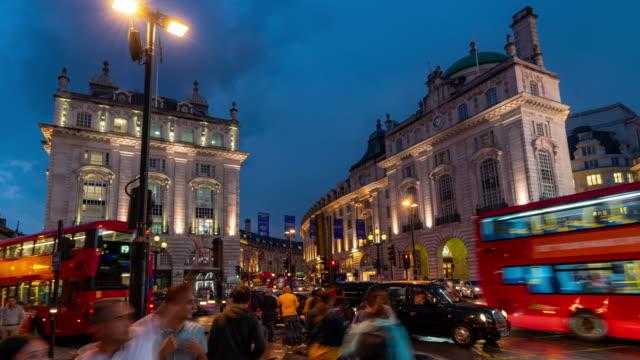 zeitraffer: fußgänger pendler menschenmenge am piccadilly circus innenstadt in der nacht in london england uk - englandreise stock-videos und b-roll-filmmaterial