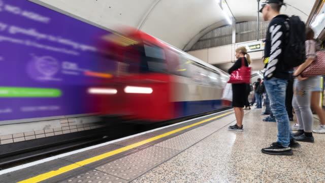 vídeos y material grabado en eventos de stock de time-lapse: multitud de viajero peatonal en plataforma de tubo del metro en londres inglaterra reino unido - tubo