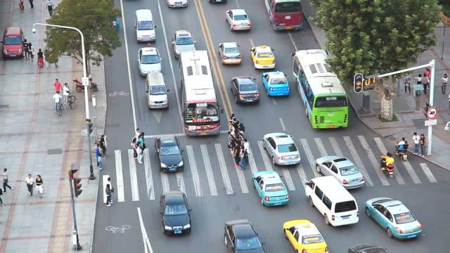 vídeos y material grabado en eventos de stock de toma acelerada de multitud de pasos de peatones commuter paso peatonal wuhan hubei china - wuhan