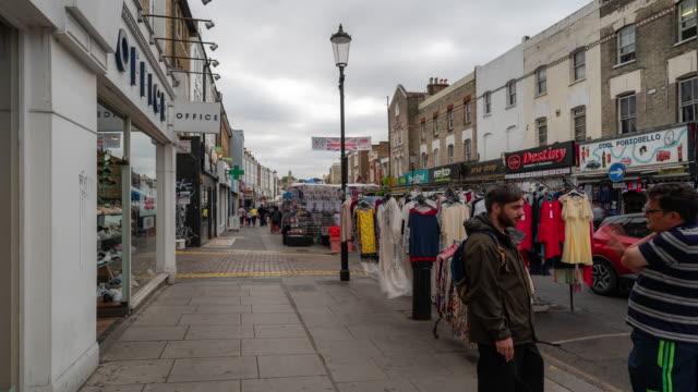 time-lapse: folla pedonale al mercato delle pulci di notting hill, nell'inghilterra occidentale del regno unito - inghilterra sud orientale video stock e b–roll