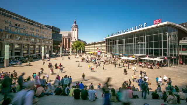 4 k zeitraffer: fußgänger überfüllten am kölner hauptbahnhof deutschland - köln stock-videos und b-roll-filmmaterial
