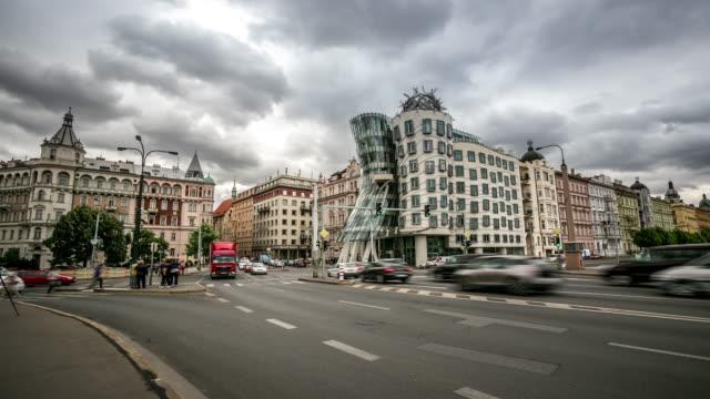 vidéos et rushes de time-lapse: piéton bondé au pont jiraskuv prague république tchèque - prague