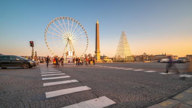 hızlandırılmış: yaya dikilitaş la concorde place, kalabalık paris günbatımı - obelisk stok videoları ve detay görüntü çekimi