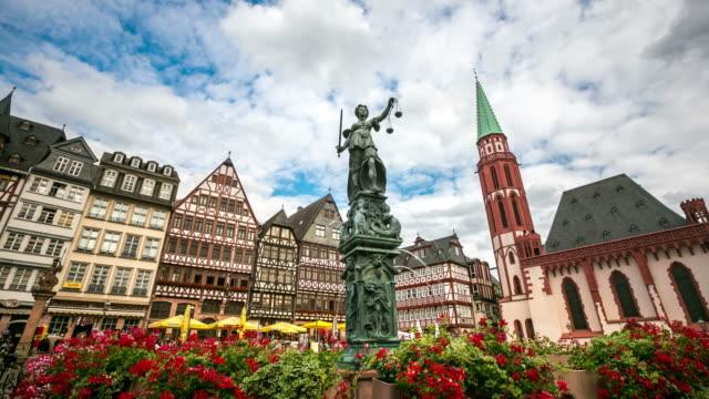 4 k time-lapse: romerberg pedonale affollata piazza della città di francoforte, germania - francoforte sul meno video stock e b–roll