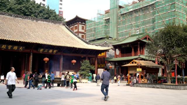 経過時間: 歩行者は広州、中国の寺院で鳴いた - 中国 広州市点の映像素材/bロール