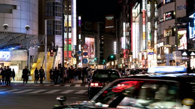 4 k zeitraffer: fußgänger krähte bei tokio shibuya crossing - überweg warnschild stock-videos und b-roll-filmmaterial