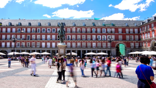 """vídeos de stock e filmes b-roll de hd """"time-lapse"""": peões plaza mayor quadrado em madrid, espanha - dia de reis"""
