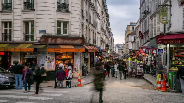 timelapse: pedestrians crowd at shopping street montmartre, paris - francja filmów i materiałów b-roll