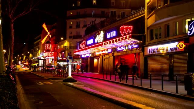 vídeos de stock e filmes b-roll de timelapse de hd: peões lotado a luz vermelha comarcas em paris - bar local de entretenimento
