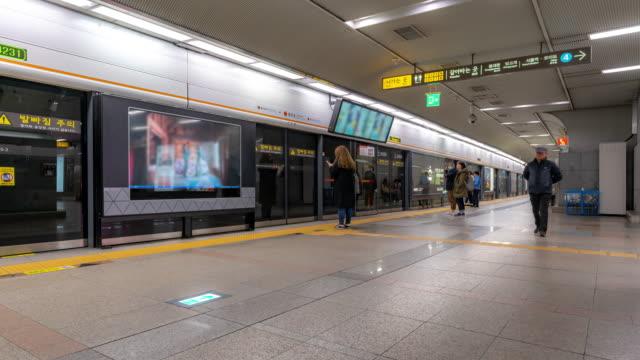 time-lapse: fotgängare trångt vid seoul station south korea - billboard train station bildbanksvideor och videomaterial från bakom kulisserna