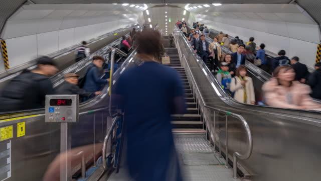 韓国ソウル駅混雑時間経過: 歩行者 - ステップ点の映像素材/bロール