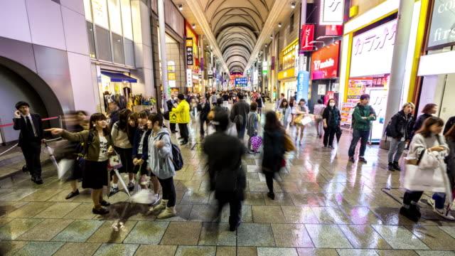 hızlandırılmış: kalabalık yaya alışveriş hondori hiroşima şehir merkezinde arcade - hiroshima stok videoları ve detay görüntü çekimi