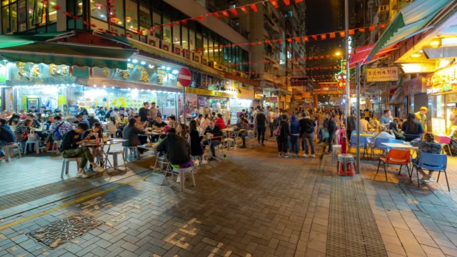 time-lapse: pedestrians tourist crowded shopping at temple street, jordan, nathan road in kowloon hong kong - ночной рынок стоковые видео и кадры b-roll