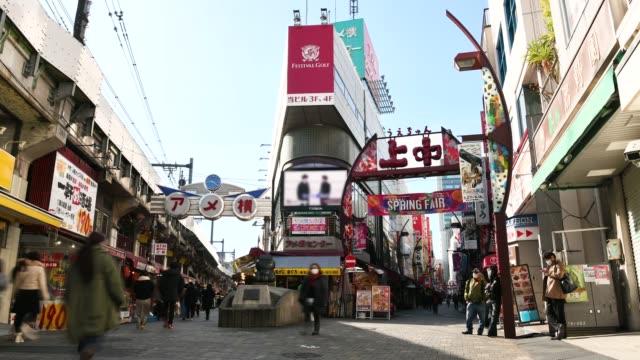 time-lapse: fot gängare promenader och shopping på ameyoko gatu marknad tokyo japan - billboard train station bildbanksvideor och videomaterial från bakom kulisserna