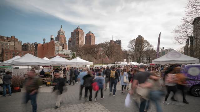 時間推移:人們擠在美國百老匯紐約市聯合廣場綠色市場公園跳蚤市場 - 廣場 個影片檔及 b 捲影像