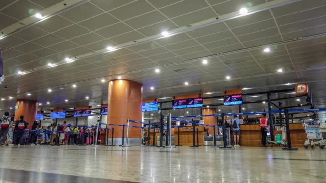 4k timelapse. people movement at airport check in counter hall - burma home do filmów i materiałów b-roll