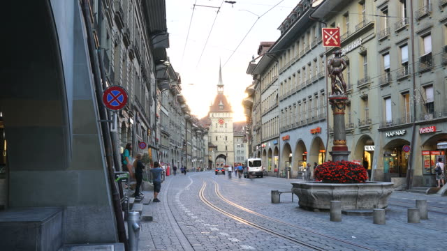 Timelapse Menschen auf die shopping Gasse mit Uhrturm in Bern, Schweiz – Video