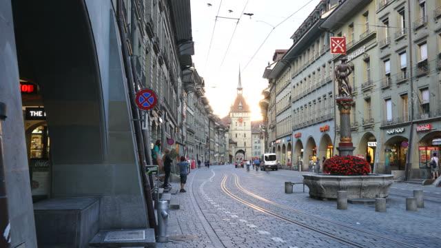 alışveriş sokağı üzerinde timelapse insanlarla zytglogge astronomik kule bern i̇sviçre saat. - unesco stok videoları ve detay görüntü çekimi