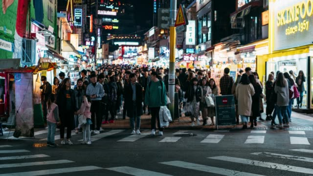 timelapse people traveling with happiness and shopping in hongdae street market at seoul, south korea. hong dae district is the most popular shopping market at seoul city. - adulazione video stock e b–roll
