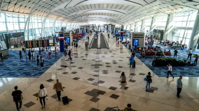 4 k timelapse-출발 터미널에서 비행기를 기다리는 사람들 - 공항 스톡 비디오 및 b-롤 화면