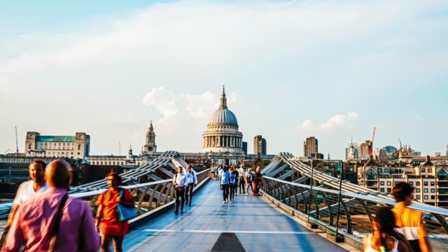 timelapse People walking over Millennium bridge with St. Paul background in London, UK - vídeo