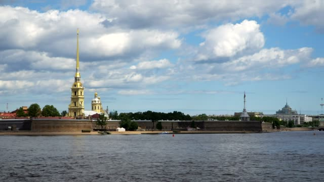 timelapse.. peter and paul fortress and panorama of neva river in the historical center of saint-petersburg, russia. - lingua russa video stock e b–roll