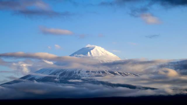 低速度撮影なだらかな雲を実装フジ日没に,日本 - 富士山点の映像素材/bロール
