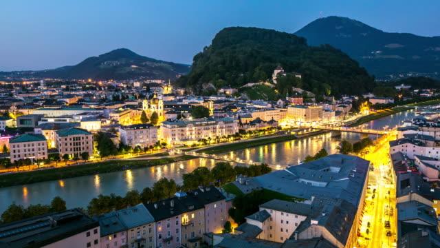 4 k time-lapse: salzburg stadsbilden längs floden salzach österrike i skymningen - videor med salzburg bildbanksvideor och videomaterial från bakom kulisserna