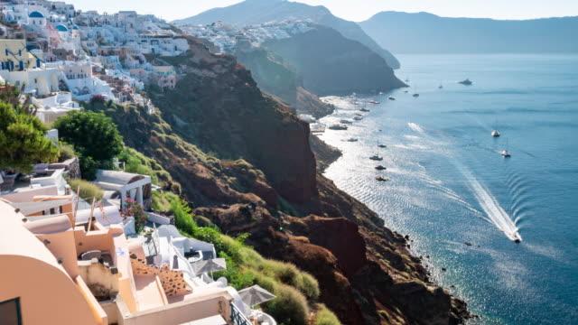 poklatkowy: santorini w mieście oia grecja ze wschodem słońca, 4k rozdzielczość. - morze egejskie filmów i materiałów b-roll