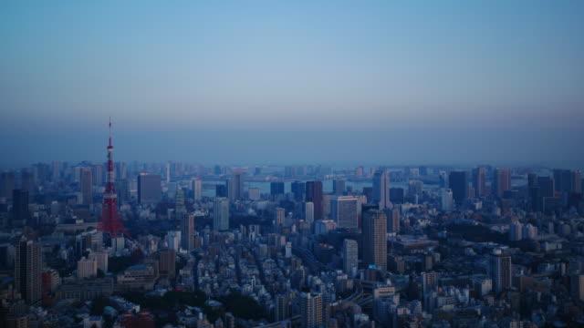 夕方から夜の東京の風景を撮影したズームインします。 - 東京点の映像素材/bロール