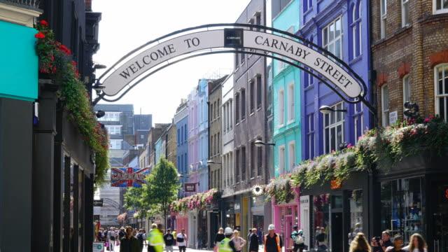 vidéos et rushes de timelapse shopping street at carnaby street, à londres - mode londres