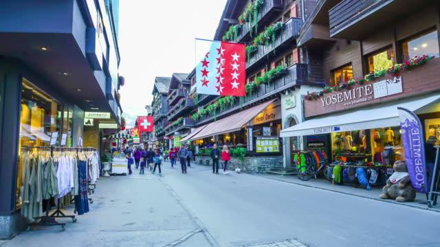 stockvideo's en b-roll-footage met timelapse winkelstraat op zermatt dorp in zwitserland - zermatt