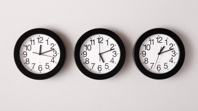 vídeos de stock e filmes b-roll de timelapse tiro de três relógios - três objetos