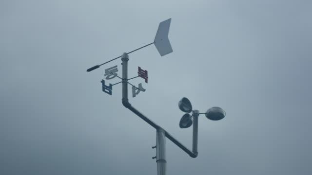 timelapse skott av vindflöjel i vind med fog - barometer bildbanksvideor och videomaterial från bakom kulisserna