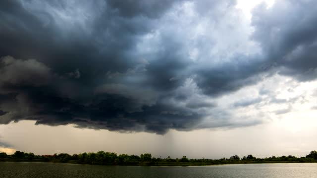 vidéos et rushes de timelapse nuages de tempête avec la pluie - ciel orageux