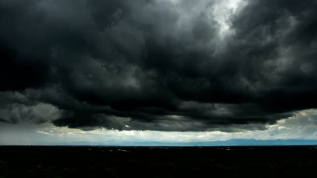 vídeos de stock e filmes b-roll de timelapse storm clouds with the rain - céu a noite