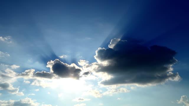 微速度: 太陽光線から雲 - 層積雲点の映像素材/bロール