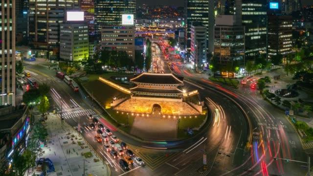 vídeos de stock e filmes b-roll de timelapse sungnyemun gate (namdaemun market) or namdaemun gate with light trails of car at night in seoul, south korea. - seul