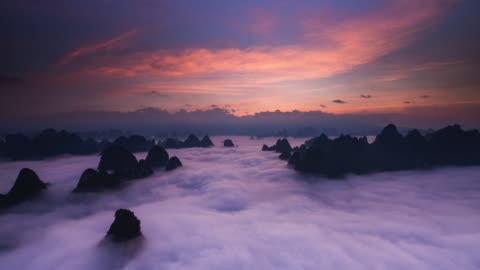 vídeos de stock e filmes b-roll de timelapse nascer do sol acima de nuvens parte 1 - nevoeiro