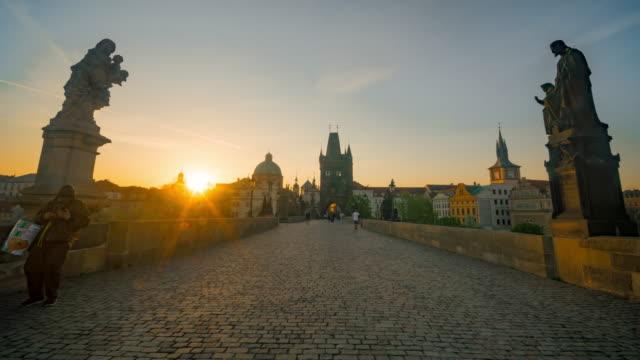vidéos et rushes de time-lapse: lever du soleil à chales bridge prague vieille ville tour river république tchèque - prague