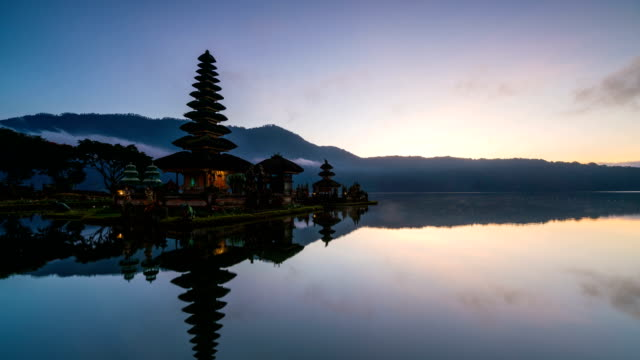 4 k コマ: プラ ウルン ダヌ ブラタン寺院、インドネシア ・ バリ島の日の出 - インドネシア点の映像素材/bロール