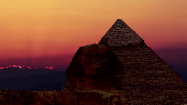timelapse. sunrise over the pyramid of cheops and sphinx. giza egypt. v.1 - antica civiltà video stock e b–roll