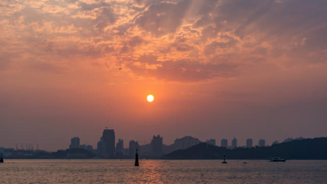 timelapse, solnedgången vid havet med bergen bakgrund - xiamen bildbanksvideor och videomaterial från bakom kulisserna