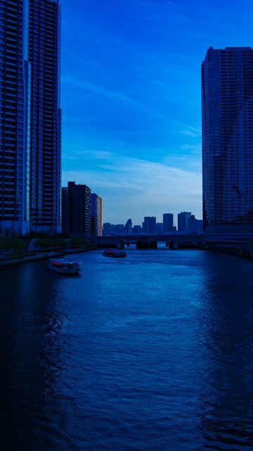 Ein zeitlicher Sonnenuntergang des Hafens am Bayarea in Ariake Tokyo vertikal erschossen – Video