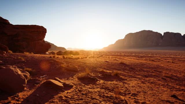 zeitraffer sonnenuntergang von wadi rum/jordanien - wüste stock-videos und b-roll-filmmaterial