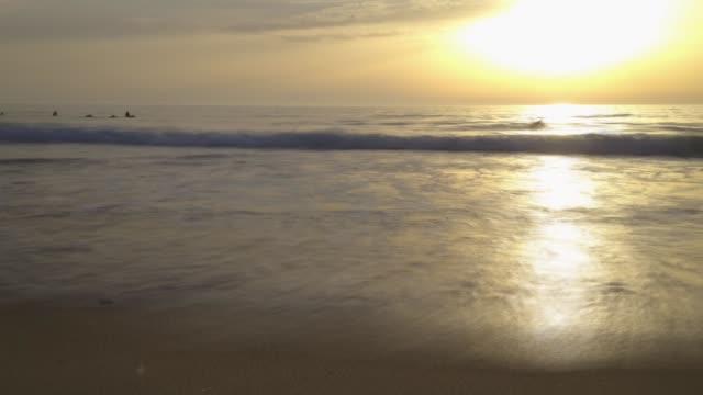 vídeos de stock e filmes b-roll de timelapse sunset on the beach - aveiro