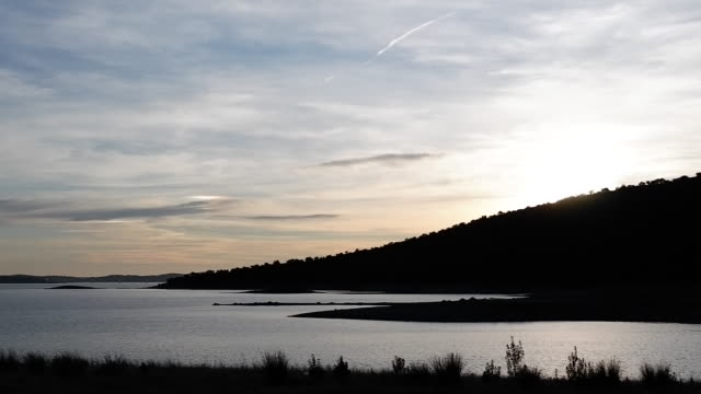 vídeos de stock e filmes b-roll de time-lapse sunset - barragem portugal