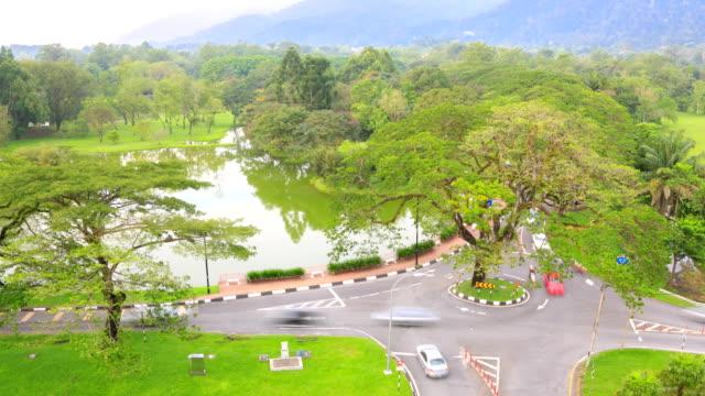 vidéos et rushes de time-lapse: société taiping lake garden perak malaisie - rond point