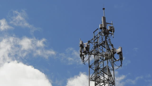 time-lapse : telecommunication tower with blue skies and clouds - antenna parte del corpo animale video stock e b–roll
